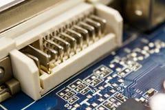 连接LCD显示器和电路板特写镜头的口岸的片段 免版税库存照片