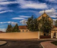 连斗帽女大衣教区教堂(18世纪)在Lomza 库存图片