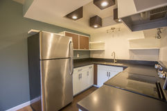 连栋房屋的现代厨房 免版税库存照片