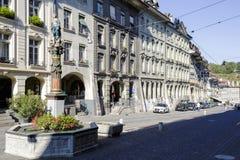 连栋房屋至多在伯尔尼参观了街道 免版税图库摄影