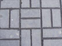 连结的铺与灰色和白色具体块混凝土制品建筑业铺了地面 免版税库存照片