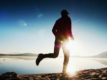 连续人 迅速跑在早晨海滩的男孩 运动员赛跑者,跑步的人 免版税库存照片