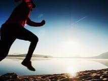 连续人 迅速跑在早晨海滩的男孩 运动员赛跑者,跑步的人 库存图片