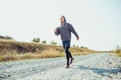 连续体育运动 人赛跑者冲刺室外在风景本质 跑为的适合的肌肉男性运动员训练足迹 免版税库存图片