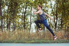 连续体育运动 人赛跑者冲刺室外在风景本质 跑为的适合的肌肉男性运动员训练足迹 库存照片