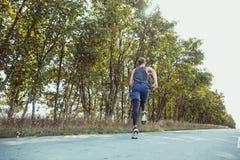 连续体育运动 人赛跑者冲刺室外在风景本质 跑为的适合的肌肉男性运动员训练足迹 免版税图库摄影
