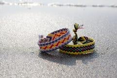 连续友谊自然镯子,五颜六色的被编织的友谊镯子,背景,彩虹颜色,方格的样式 免版税库存图片