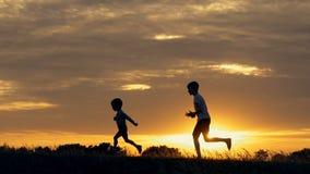 连续孩子剪影一个领域的在日落 影视素材