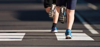 连续孩子,在的年轻运动员奔跑孩子参加比赛 免版税图库摄影