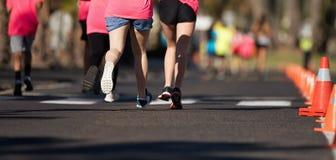 连续孩子,在的年轻运动员奔跑孩子参加比赛 免版税库存照片