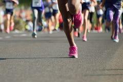 连续孩子,年轻运动员奔跑 免版税图库摄影