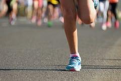 连续孩子,年轻运动员奔跑 免版税库存照片