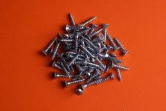 连续整洁地被安排的螺丝自动攻丝螺杆 自动攻丝螺杆-完善对金属、塑料和木头工作 图库摄影