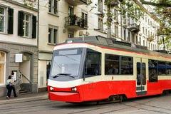连续电车在苏黎世市中心 免版税库存图片
