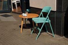 连续空的咖啡桌,在边路的椅子 库存图片
