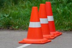 连续站立橙色交通的锥体 库存照片