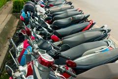 连续脚踏车停放在边路 免版税库存图片