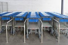 连续被安排的超级市场的推车 免版税库存图片