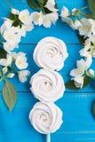 连续说谎在蓝色委员会的三个自创苹果蛋白软糖,装饰用花、婚礼的概念和a 免版税库存照片