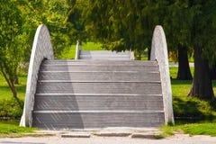 连贯两座弓桥梁在公园 图库摄影