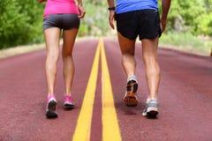 连续人民-赛跑者跑鞋和腿 库存照片