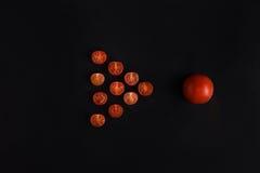 连续做三角形状的切片蕃茄 免版税库存照片