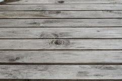 连贯地在桌上的实体木材板材被聚焦的纹理  免版税库存图片