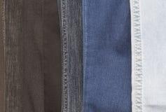 连续垂悬几件的牛仔裤 免版税库存照片
