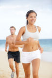连续夫妇-妇女愉快健身的赛跑者 库存照片