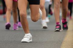 连续孩子,年轻运动员奔跑 免版税库存图片