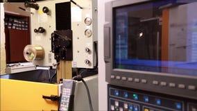 连续电弧切割机器看法在车间的 股票视频