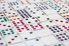 连结的五颜六色的多米诺 免版税库存照片