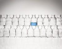 连续被堆积的小瓶 库存图片