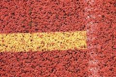 连续跑马场,红色橡胶跑马场空白线路和纹理在小体育场内 库存照片