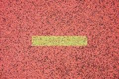 连续跑马场,红色橡胶跑马场空白线路和纹理在小体育场内 图库摄影