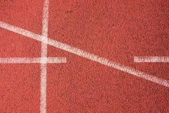 连续跑马场,红色橡胶跑马场空白线路和纹理在小体育场内 免版税库存照片