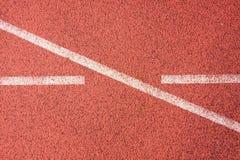连续跑马场,红色橡胶跑马场空白线路和纹理在小体育场内 免版税库存图片
