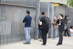 迟到,在门关闭,在ENEM检查后的学生 库存图片