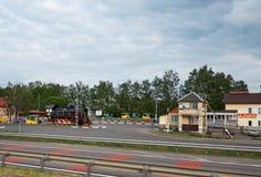 迟来的 一个老机车在高速公路附近的白俄罗斯在城市之外 2017年5月22日 免版税图库摄影