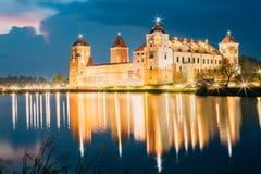 迟来的 米尔城堡群风景看法明亮的晚上不适的 免版税库存照片
