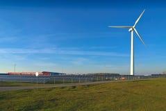 迟来的 造风机和太阳电池板由路 免版税库存照片