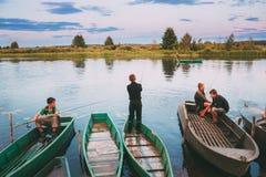 迟来的 钓鱼从老木划艇的白俄罗斯语孩子 免版税库存图片