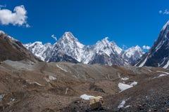 迦舒布鲁姆在Baltoro冰川, K2艰苦跋涉, Paki后的断层块山 库存照片