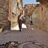 迪亚巴克尔老镇后面胡同。部分位于在中世纪墙壁后这个区遭受投资不足。土耳其 库存图片
