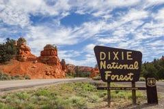 迪克西在红色峡谷,犹他的国家森林标志 免版税库存图片