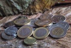 迪拉姆阿拉伯硬币和在葡萄酒背景的欧洲硬币 库存图片