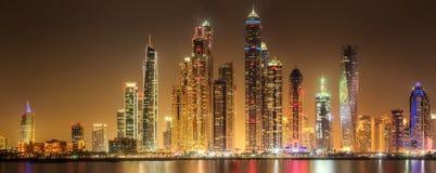 迪拜与多云天空在日落,迪拜,阿拉伯联合酋长国的小游艇船坞海湾全景  库存图片