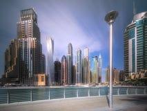 迪拜与多云天空,阿拉伯联合酋长国的小游艇船坞海湾天视图  免版税库存图片