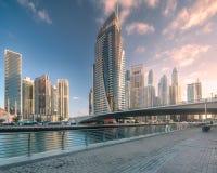 迪拜与桥梁,阿拉伯联合酋长国的小游艇船坞海湾天视图  库存照片