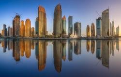 迪拜与清楚的天空,阿拉伯联合酋长国的小游艇船坞海湾天视图  免版税库存照片